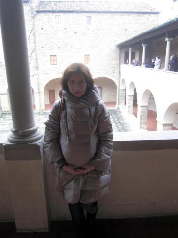 26.12 con Viola in pancia controluce nel chiostro di San Miniato