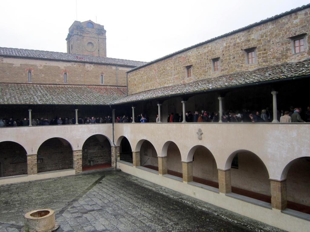 26.12 folla nel chiostro abbazia di San Miniato