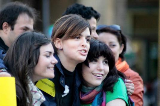 dietro altre partecipanti al flash mob