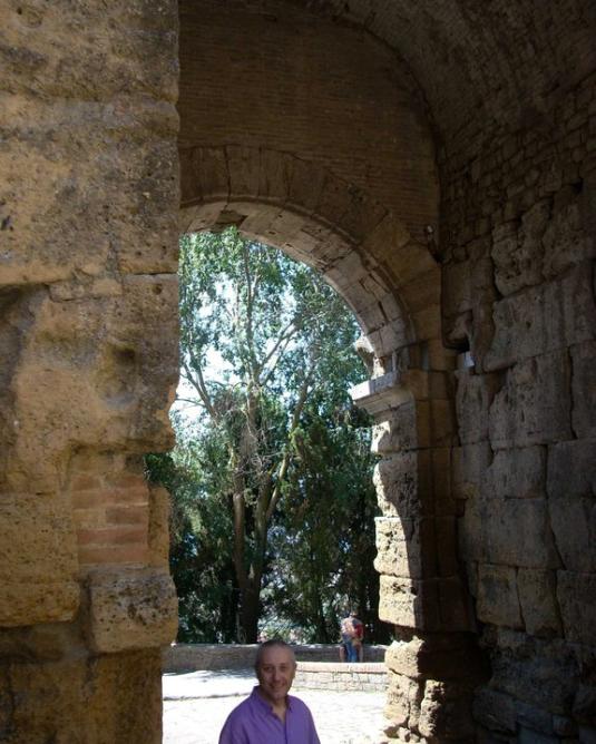 Volterra giugno 2011Sandro e arco etrusco