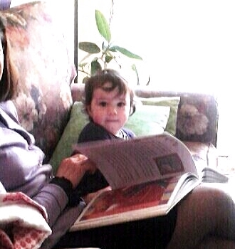 con Viola che sfoglia il libro