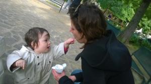4 maggio Viola imbocca mamma col gelato