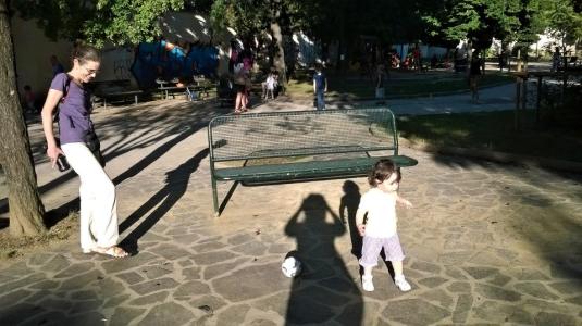Viola gioca a palla con Anna