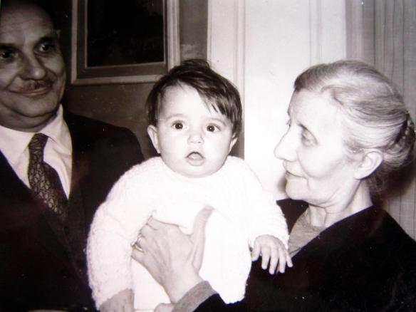 da piccina tra nonno Giuliano e nonna Gabriella