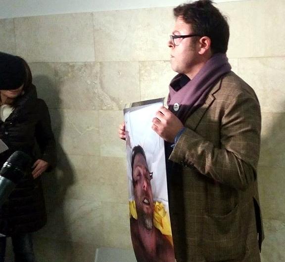3 febbraio Andrea mostra la foto del fratello ucciso