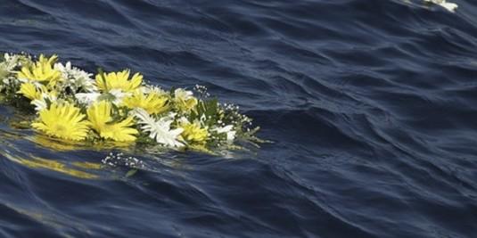 fiori in mare per i morti