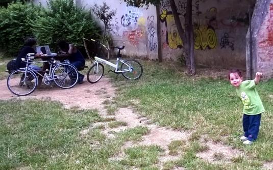 22 Viola al giardino con bici e tati
