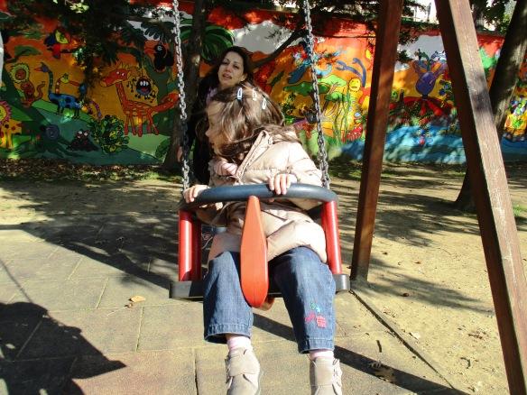 1.11.2015 al giardino con Viola in altalena