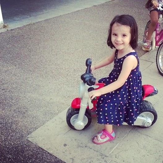 13-settembre-2016-viola-sulla-motocicletta-giocattolo-di-un-bimbo-in-piazzetta